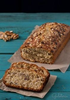 Receta de bizcocho de avena y nueces. Oatmeal and nuts bread recipe. Healthy Desserts, Delicious Desserts, Dessert Recipes, Cake Recipes, Yummy Food, Tortas Light, Pan Dulce, Bread Cake, Love Food
