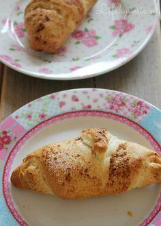 Even weer iets gewoons online na alle verlovingshysterie ;p! Een heerlijk recept wat ik vorige week uitprobeerde: heerlijke, simpele appel/kaneel broodjes! Een tijdje geleden liet ik jullie deze heerlijke, snelle cinnamon rolls al zien waarbij ik croissant deeg gebruikte! Zo gemakkelijk! Ik besloot weer eens iets uit te proberen met dit deeg en uiteindelijk kwamen deze lekkere broodjes er uit! Het enige wat je nodig hebt is een blikje croissant deeg, een appel, suiker en kaneel! Jum! Sch...