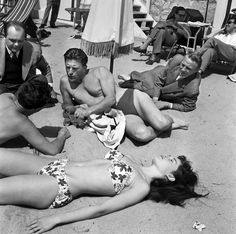 Kirk Douglas and Brigitte Bardot on the beach at the Cannes Film Festival in 1953 http://ift.tt/2wwlOsY