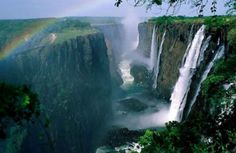 Air Terjun Victoria Falls, The waterfall is located on the Zambezi River , which at this point forms the border between Zambia and Zimbabwe, South Africa. Chobe National Park, Parc National, National Parks, Chutes Victoria, Places To Travel, Places To See, Hidden Places, Beautiful World, Beautiful Places