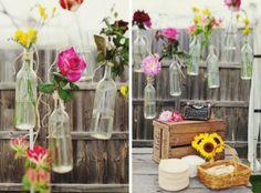 Bloemen in kleine vaasjes, ideaal als een simpele decoratie op jullie bruiloft!