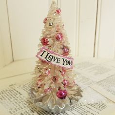 30 Farmhouse Style and Decoration for Valentine Da - Saint Valentin Shabby Chic Christmas, Pink Christmas, Vintage Christmas, Christmas Holidays, Christmas Bulbs, Christmas Crafts, Victorian Christmas, Handmade Christmas, Merry Christmas