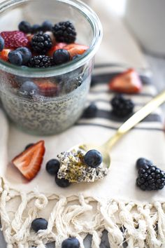 This Overnight Oats Chia Pudding with Berries recipe is perfect for the back to school season. Gluten free oats chia seeds almond milk and mixed berries are actually prepared the night before for a fulfilling breakfast without any fuss! Make Ahead Breakfast, Health Breakfast, Breakfast Recipes, Overnight Breakfast, Breakfast Dishes, Breakfast Time, Healthy Foods To Eat, Healthy Recipes, Free Recipes