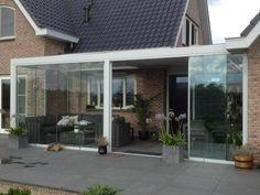 Een Biossun terrasoverkapping aangevuld met glazen vouwwanden geven je gewoon een extra kamer aan je huis, waar je in de zon kunt zitten, droog als het regent en in de koeling als het buiten erg warm weer is. Het ultieme genieten dus.