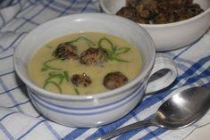 Očištěné houby nakrájíme na malé kousíčky. V pánvi rozehřejeme máslo a houby na něm restujeme doměkka. Pak je osolíme, opeříme, okmínujeme a… Cheeseburger Chowder, Food, Essen, Meals, Yemek, Eten