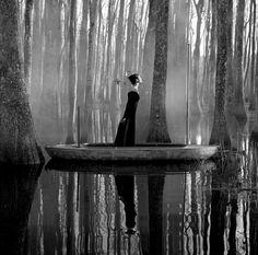 Quelques photos de paysages et situations surréalistes par le photographe New-Yorkais Rodney Smith. Son style très british flirt avec le surréalisme de Magritte.