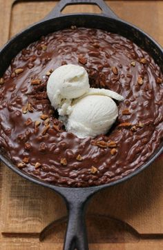 It seems like everyone is doing skillet cakes lately- had a Sticky toffee pudding skillet cake at Enoteca Sociale. This one is Gooey Chocolate Skillet Cake Ice Cream Sundae Brownie Desserts, Köstliche Desserts, Delicious Desserts, Dessert Recipes, Yummy Food, Delicious Chocolate, Healthy Desserts, Brownie Sundae, Sundae Recipes