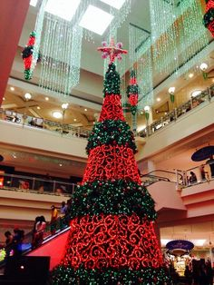 Christmas tree at the largest shopping center in the Caribbean. Plaza Las Americas in Hato Rey, San Juan, Puerto Rico. Bohemian Christmas, Unique Christmas Trees, Christmas Tree Decorations, Christmas Lights, Christmas Holidays, Christmas Ideas, Merry Christmas, Christmas In Puerto Rico, Large Holiday Homes