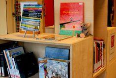 Een kubuskast met boeken en andere materialen over beeldende kunst, theater, muziek en schrijvers.