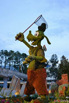 Goofy trying to catch a butterfly. Goofy Disney, Disney Parks, Topiary Garden, Garden Art, Beautiful Gardens, Beautiful Flowers, Disney Garden, Miracle Garden, Rome Antique