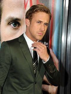14. Da han skulle rette sit slips og bare lignede en model taget direkte ud af et magasin.