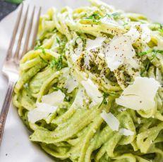 Špagety se špenátovo-avokádovou omáčkou