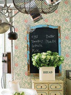 pizarra vintage en la cocina con lista de la compra