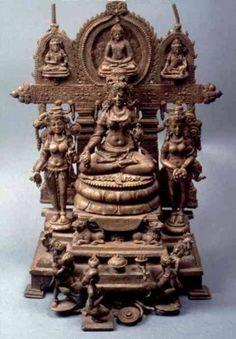 Алтарь из Сирпура Несмотря на то что в период раннего и зрелого средневековья религиозное влияние буддизма уменьшалось, буддийское искусство продолжало совершенствовать технические достижения предшествующих веков, что особенно заметно в бронзовых изделиях, сохранивших грациозность форм, присущую традиции Гуптов. Один из превосходных примеров искусства средневековой Индии — инкрустированный бронзовый алтарь из Сирпура.