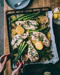 Vähemmän tiskiä, enemmän elettyä elämää ✨ Ja se saattaa olla viisainta mitä olen koskaan sanonut 😄 Nappaa nyt elämänviisauden lisäksi blogista resepti lohipeltiin! Tällähän ruokkii koko perheen ja siis ilman tiskiä 👌 Viva la vida! ✨ .  Salmon sheet pan dinner 😊 . . . #lohipelti #liemessäresepti #arkiruoka #lohi #kala #kalaruoka #parsa #arkiruokarinki #ruoka #ruokakuvaus #ruokablogi #sheetpandinner I Love Food, A Food, Food And Drink, Meat Recipes, Vegetarian Recipes, Just Eat It, Food Goals, Antipasto, Fish And Seafood
