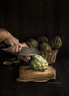 How to peel and cook fresh artichokes Cooking Light, Easy Cooking, Cooking Tips, Tapas Restaurant, Vegetarian Paleo, Spanish Food, Mediterranean Recipes, No Cook Meals, Love Food