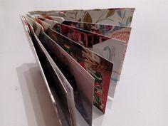 Taiteltu lahjapaperista, sisältö postikortteja. Kannet kannattaa tehdä muusta kuin ohuesta lahjapaperista (välttää ryppyiset kannet). 2016.
