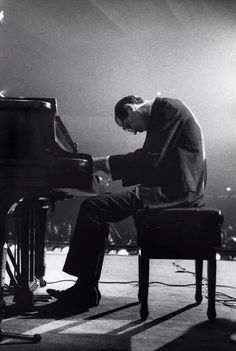 Bill Evans - the Master: I always remember seeing him in this position at the piano! Piano Jazz, Cool Jazz, Sound Of Music, Live Music, My Music, Jazz Artists, Jazz Musicians, Inspirer Les Gens, Saint Victor