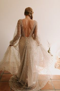 The # 5 best bridal looks of the week # 19 – Gold Wedding Gowns Gold Wedding Gowns, Sequin Wedding, Wedding Gowns With Sleeves, Stunning Wedding Dresses, Sparkle Wedding, Wedding Attire, Wedding Bouquet, Wedding Bells, Fall Wedding