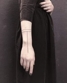 Blackart tattoo auf just the straight lines tattoo wowtattoo blackwork dotwork inkmachines tengutattoo blacktattooart ink inked flash jour nuit minimaliste fine line illustratif handpoke tattoo par le point d encre biot Line Tattoo Arm, Straight Line Tattoo, Tattoo Band, Straight Lines, Tattoo Wolf, Mini Tattoos, Little Tattoos, Small Tattoos, Finger Tattoos