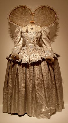 Helen Mirren's Elizabeth I costume  by Lyndsy88, via Flickr