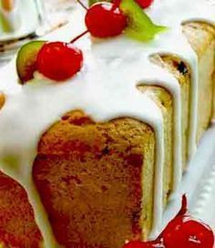 """Budín inglés: in English: """"English pudding"""". A pudding with fruits and nuts, very popular in Christmas and New Year's Eve. Sweet Recipes, Cake Recipes, Dessert Recipes, Pudding Desserts, Sweet Desserts, Bread Recipes, Christmas Cupcakes, Christmas Desserts, Christmas Treats"""