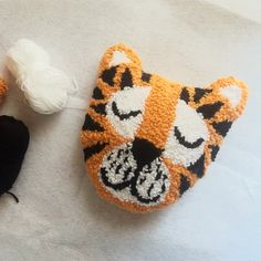 Tiger punch needle pillow – Rug making Textiles, Perler Beads, How To Make Punch, Cross Stitch Embroidery, Embroidery Patterns, Hook Punch, Dou Dou, Latch Hook Rugs, New Year's Crafts