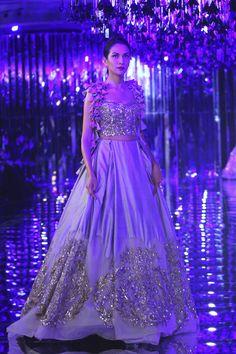 Glam-Chic Manish Malhotra Braut-Kollektion bei 2017 India Couture Week Fashion Show , , Sammlung, Indian Bridal Lehenga, Indian Bridal Wear, Red Lehenga, Lehenga Choli, Mode Bollywood, Bollywood Fashion, Bollywood Style, Indian Designer Outfits, Designer Dresses