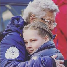 Princesa Ingrid Alexandra recebe um abraço de sua avó Princesa Astrid.  Um momento tão doce 💗 #PrincessIngridAlexandra #IngridAlexandra #Norway #Norge #kongehuset #Royals #princessastrid #norwgianroyals #nrf #royalty #hug #sweet #brails #smile #adorable # 2015 #winter #NorwegianRoyalFamily