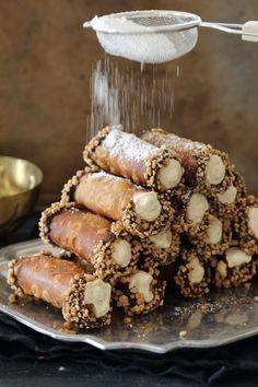 Cannoli sunt niște rulouri umplute cu cremă și reprezintă preferatul desert al italienilor. INGREDIENTE: Pentru aluat: -350 gr de făină; -1 lingură de cacao amară; -3 linguri de zahăr; -un praf de scorțișoară praf; -un praf de sare; -1 ou; -60 gr de untură