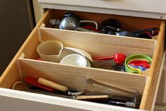 Paint Stick to organize your kitchen drawers.