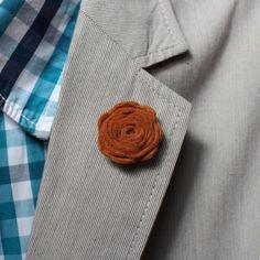 Felt lapel flower// Ozdoba do klopy - tmavě rezavá květina Men Accesories, Lapel Pins, Men's Fashion, Felt, Outfit, Crochet, Mens Tops, Clothing, Moda Masculina