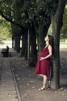 so cute. i wish i could find more like this. it shouldn't be this difficult to find non-creepy maternity pictures.