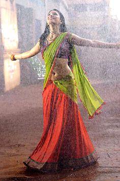 Shruti Hassan Hot Pics in Gabbar Singh Movie. Telugu Actress Shruti Hassan Hot in Saree Pics from Gabbar Singh Movie Karen Elson, Walking In The Rain, Singing In The Rain, Beautiful Girl Indian, Most Beautiful Indian Actress, Camilla, George W Bush, Rihanna, I Love Rain