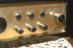 .Regulacja bas,średnie i wysoki + filpry przydatne przy słuchaniu gramofonu.Przedwzmacniach gramofonowy oczywiście też na lampach.Przełącznik wejść Aux 1 i 2 oraz Phono.