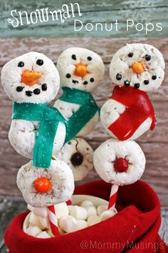SUPER CUTE Snowman Donut Pops for Christmas — An EASY no-bake holiday recipe with decorated mini powdered sugar doughnuts! Christmas Party Food, Christmas Goodies, Christmas Desserts, Holiday Treats, All Things Christmas, Holiday Fun, Christmas Holidays, Christmas Recipes, Xmas