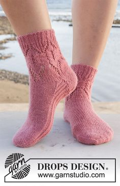 Rambling Roses / DROPS - Kostenlose Strickanleitungen von DROPS Design Best Picture For Knitting Pattern bags For Your Taste You are looking for something, and it is going to tell you exactly w Crochet Socks, Knitting Socks, Free Crochet, Knit Crochet, Knitting Patterns Free, Free Knitting, Free Pattern, Crochet Patterns, Drops Design