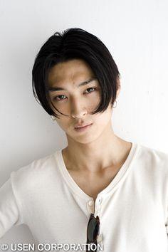 モードなイメージの松田翔太スタイル。 参考にしたいセンターパートのメンズヘア一覧。