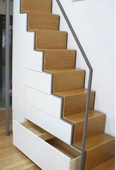 Einfamilienhaus: Praktischer Treppenschrank – DAS HAUS Drawers use the space under the stairs to store all kinds of utensils.
