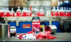 "A vodka Absolut apresentou o novo design gráfico das garrafas da sua linha de vodkas ""Absolut Sabores"". A garrafa da marca foi mantida, mas todo o design gráfico foi refeito. #absolut #vodka #embalagem #packaging #design"