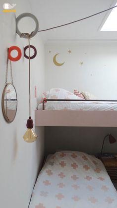 Gedeelde kinderkamer met hoogslaper en bed op wieltjes.  Gymhook van HAY, DIY lamp van Stoersnoer, Beddengoed en muursticker van Bibelotte. #meisjeskamer #sharedroom #kinderkamer #gedeeldekinderkamer