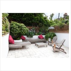 Modern small town garden - like the mix of white walls and contemporary fencing Small Urban Garden Design, Small City Garden, Contemporary Fencing, Contemporary Garden Design, Back Gardens, Small Gardens, West Facing Garden, Rooftop Garden, Garden Inspiration