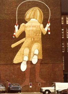 Touwtjespringend meisje van Co Westerik, 1976. (muurschildering politiebureau Haagseveer)