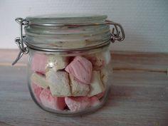 Hjemmelavede skumfiduser kan laves i alle mulige farve- og smagskombinationer. Her får du opskrifterne på hindbærskum og lakridsskum.