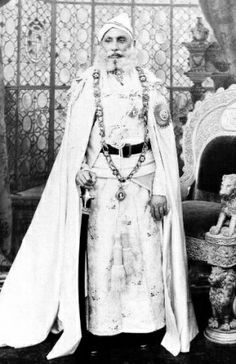 HH Maharana FATEH SINGHJI of Udaipur (1848-1930). Court Dresses, India Culture, Vintage India, Royal Life, Costume, Udaipur, Bright Stars, Vintage Photography, Indian Outfits