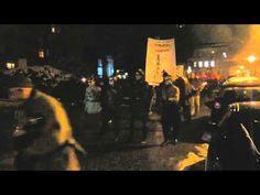 """Protest in Nazi-Uniformen: Während eines """"Demokratiespaziergangs"""" mit Potsdams Oberbürgermeister Jann Jakobs kam es zu einem bizarren Protest gegen den Wiederaufbau der Garnisonkirche in Potsdam."""