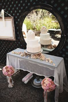 interesting... I like how they brought in a small trellace.  I also like the mirror behind the cake... interesting... I sheer thing on the table.