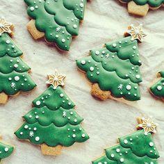 DIY Ideas of Simple Christmas Cookies; christmas cookies 70 DIY Ideas of Simple Christmas Cookies Pretty Christmas Trees, Christmas Tree Cookies, Iced Cookies, Christmas Sweets, Christmas Cooking, Noel Christmas, Holiday Cookies, Simple Christmas, Gingerbread Cookies
