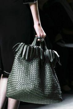 Bottega Veneta Spring 2013 RTW - Details - Fashion Week - Runway, Fashion Shows and Collections - Vogue Fashion Details, Look Fashion, Fashion Bags, Runway Fashion, Beautiful Handbags, Beautiful Bags, Beautiful Curves, Burberry Handbags, Leather Handbags