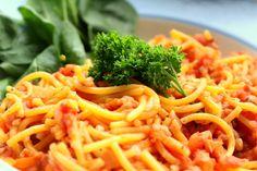 Existuje veľa receptov, ktoré sa však dajú nahradiť zdravšou alternatívou. Presne preto som  pripravila bolognese špagety bez mäsa! Ako je to možné?    Čo budeme potrebovať na 5 porcií?  1 väčšia mrkva 1 cibuľa 1 sušená čili paprička 4 strúčiky cesnaku 1 paradajku 2 plechovky krájaných paradajok 1 balenie bezlepkových špagiet Himalájska soľ, sušené oregano, petržlenová vňať 100g svetlej pohánky 3dc zeleninového vývaru 2 PL Olivový olej   Poďme na to :  1.Pohánku pridáme do menšieho hrnca a…